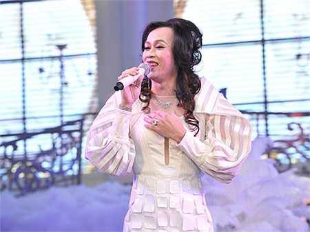 Chính giả gái đã làm nên tên tuổi Hoài Linh. Gần nửa trong số các show hài trong sự nghiệp, Hoài Linh đều giả gái.