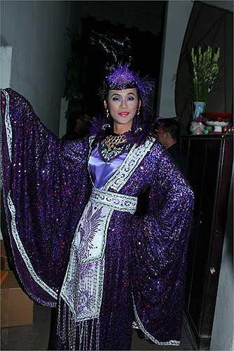 Hoài Linh mặc cổ trang