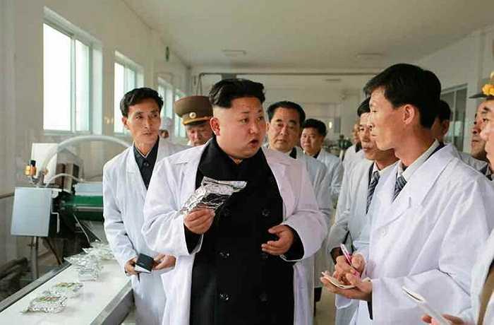 Một số quan chức cấp cao tháp tùng ông Kim Jong-un thăm xưởng thực phẩm