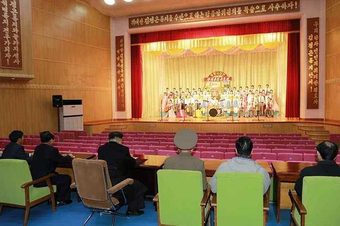 Màn biểu diễn của công nhân xưởng thực phẩm chào đón nhà lãnh đạo Kim Jong-un