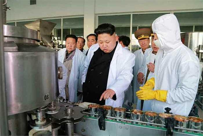 Ông Kim Jong-un kiểm tra dây chuyền sản xuất bên trong xưởng thực phẩm