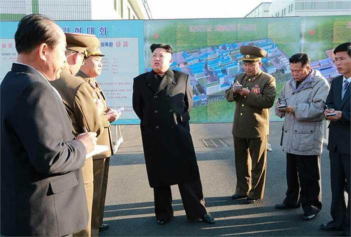 Các tướng lĩnh quân đội cẩn thận ghi chép yêu cầu của nhà lãnh đạo họ Kim