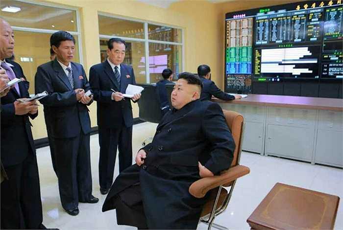 Ông Kim đánh giá cao về trình độ công nghệ thông tin của xưởng thực phẩm