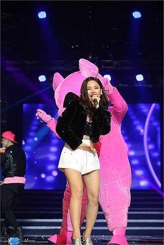 Cô cũng vừa hoàn tất những cảnh quay cho MV của ca khúc này.