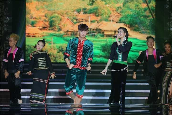 Khách mời xuất hiện đầu tiên của chương trình là nữ ca sĩ Đông Nhi – ca sĩ song ca ăn ý với Ngô Kiến Huy nhất. Cả hai đã tái hiện lại ca khúc đình đám năm 2009 của mình là Bí mật của hạnh phúc – sáng tác của nhạc sỹ Nguyễn Hồng Thuận.