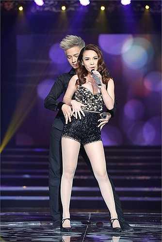 Một trong những tiết mục anh sử dụng vũ đạo xuyên suốt đó là tiết mục hát kết hợp với dancesport, biểu diễn cùng ca sĩ Yến Trang – Nữ hoàng khiêu vũ của chương trình Bước nhảy hoàn vũ. Cả hai thể hiện lại liên khúc quen thuộc Trái tim lầm lỡ - Tình có như không