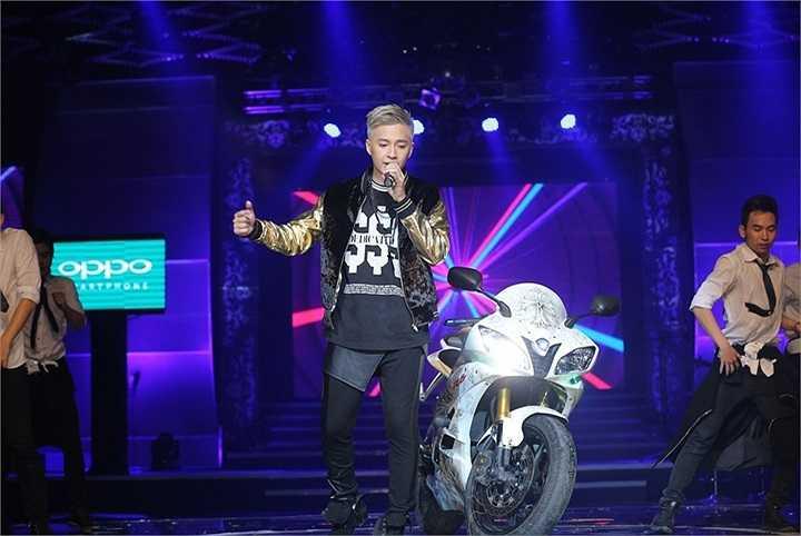 Kết thúc chương trình, Ngô Kiến Huy và nữ ca sỹ Miu Lê song ca ca khúc Đêm tuyệt vời của nhạc sỹ trẻ Duy Anh