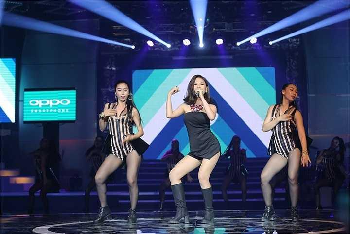Ca khúc đầu tiên của Miu Lê trong liveshow là Đêm – một sáng tác của OnlyC. Cô xuất hiện với trang phục đen gợi cảm và khoe vũ đạo nóng bỏng.