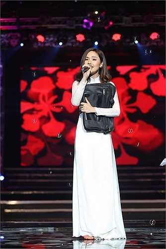 Trái ngược với hình ảnh gợi cảm ở đầu chương trình, Miu Lê xuất hiện tinh khôi, giản dị với áo dài trắng trong ca khúc Giấc mơ thần tiên.
