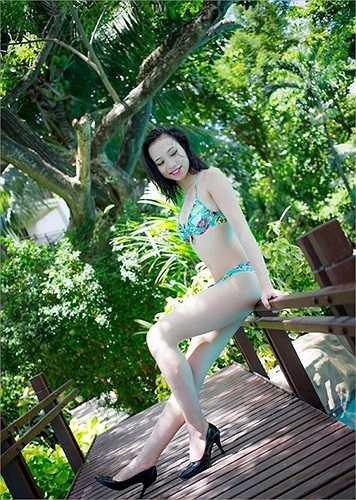 Người đẹp đã khéo léo khoe hình thể nóng bỏng trong trang phục bikini. Sự quyến rũ của cô thu hút bao ánh nhìn.
