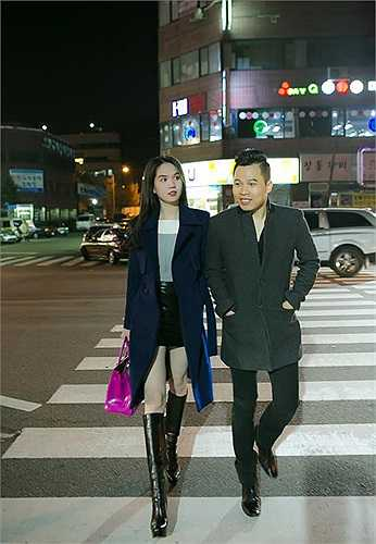 Ngọc Trinh dính như sam với ông bầu Vũ Khắc Tiệp trên đường phố Hàn Quốc.
