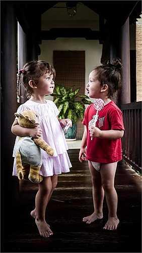 Cả hai bé đều thừa hưởng nét đẹp của bố và mẹ, nên vô cùng dễ thương.