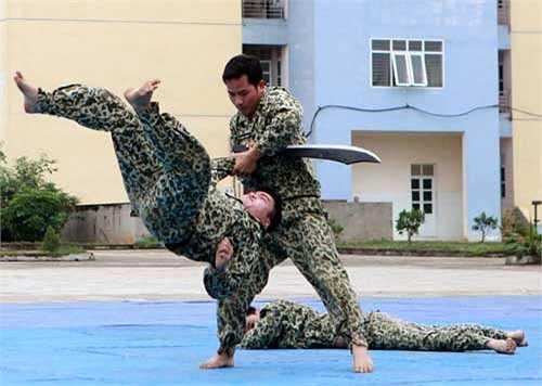 Các chiến sĩ sử dụng thuần thục những vũ khí truyền thống để hạ gục đối phương