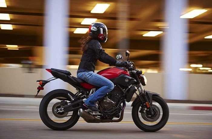 """Yamaha MT-07: Mẫu xe 'nửa kín nửa hở"""" với công suất 75 mã lực này đã cách mạng hóa thị trường bởi thiết kế nhỏ gọn, hiện đại, mức giá vừa túi tiền và khả năng tăng tốc hơn hẳn so với các đối thủ cùng phân khúc khác."""