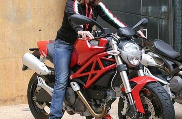 """Ducati Monster 696: Có mặt trên thị trường mô tô hơn 20 năm, Ducati Monster đủ sức làm nên thành công nối tiếp thành công của mình khi tung ra mẫu Ducati Monster 696 có động cơ kép mạnh mẽ, công suất 80 mã lực, thiết kế """"độc"""" và cực kỳ phù hợp với các 'bóng hồng"""" cá tính."""
