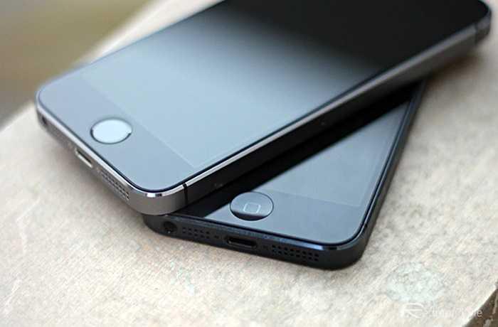 Chạy chậm dần sau những bản cập nhật phần mềm    Điều này được thể hiện rõ nhất qua các bản cập nhật iOS 7 hay iOS 8 mới đây. Những sản phẩm đời cũ như iPhone 4, 4S đang trở lên già nua, chậm chạp sau các bản cập nhật mới. Có người cho rằng, đây là chiêu của Apple để dụ người dùng nâng cấp iPhone sau mỗi 2 năm sử dụng.