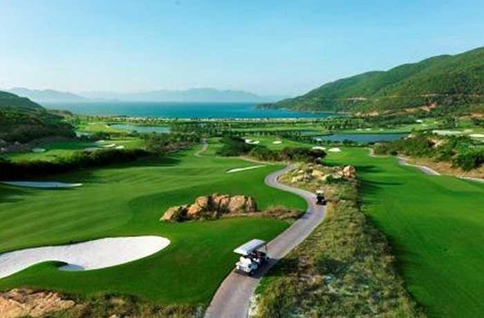 """Sở hữu vẻ đẹp sơn thủy hữu tình cùng vị thế """"độc nhất vô nhị"""", sân golf Vinpearl Nha Trang được trang web du lịch lớn nhất thế giới Tripadvisor.com của Mỹ trao chứng nhận xuất sắc 2014 dựa trên ý kiến đánh giá từ trải nghiệm của du khách trên toàn thế giới."""
