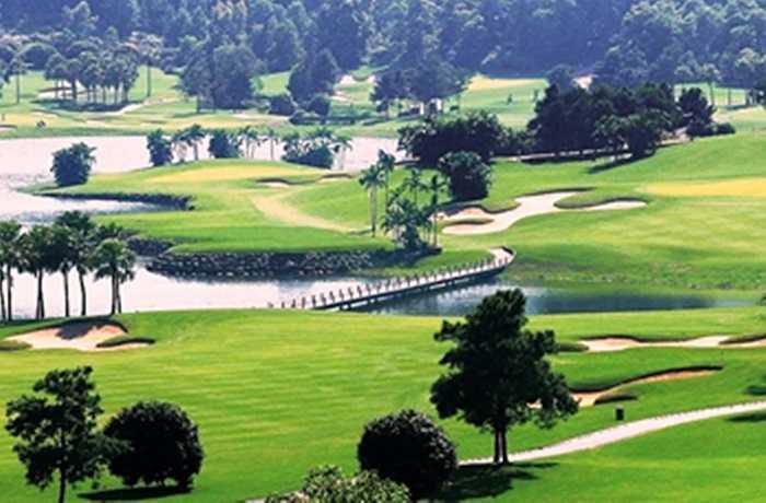 Nằm ở khu vực phía Bắc và cách Hà Nội khoảng 70km, sân golf Chí Linh nằm ngay trên vị trí trung tâm tam giác phát triển kinh tế du lịch phía Bắc và được đánh giá là sân golf hàng đầu tại Việt Nam nói riêng và khu vực Đông Nam Á nói chung.