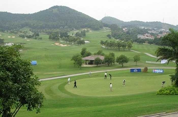 Với diện tích 325ha, sân Golf Chí Linh có 'ngoại hình' gây ấn tượng với nhiều người bởi nằm trong một thung lũng tuyệt đẹp có hồ nước tự nhiên uốn lượn và được bao quanh bởi những đồi cỏ xanh mướt. Sân golf Ngôi Sao Chí Linh được xây dựng 36 lỗ theo tiêu chuẩn quốc tế AAA.