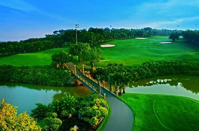 Câu lạc bộ Golf Long với diện tích hơn 350 ha, trong đó có khoảng 100 ha là những ngọn đồi xanh. Được bao quanh bởi các nhánh của sông Đồng Nai, khóa học này bao gồm 36 lỗ golf - 18 đường golf khu vực Sân Đồi, và 18 đường golf ở khu vực Sân Hồ.