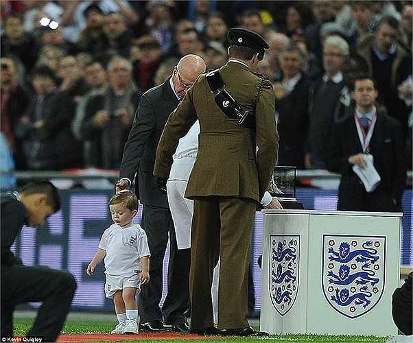 Hai bé Kai và Klay cùng theo bố Wayne Rooney xuống sân mừng ngày chân sút này khoác áo ĐT Anh lần thứ 100