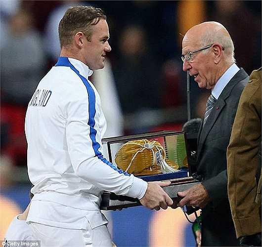 Wazza nhận kỷ niệm chương từ huyền thoại Sir Bobby Charlton