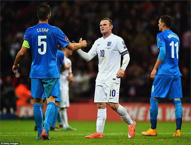 Anh thắng Slovenia 3-1, trước khi rời sân, Rooney tiến tới bắt tay đội trưởng của đối thủ