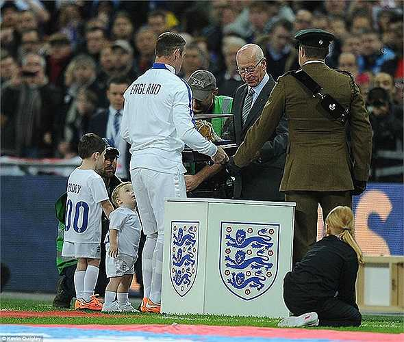 R10 là cầu thủ người Anh thứ 9 có vinh dự này
