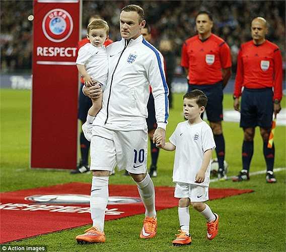 Hai nhóc tì nhà Rooney mừng rỡ trong ngày trọng đại của bố