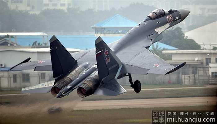 Tại triển lãm hàng không ở thành phố Chu Hải, Trung Quốc từ ngày 11-16/11, máy bay Su-35 của Nga biểu diễn nhào lộn