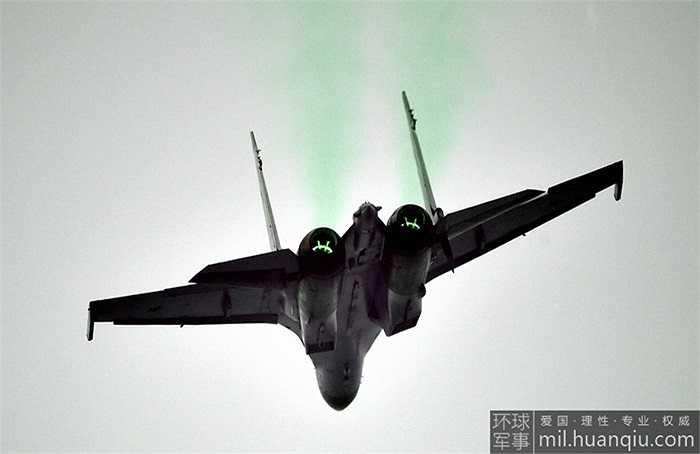 Cận cảnh Su-35 của Nga nhào lộn trên bầu trời Trung Quốc