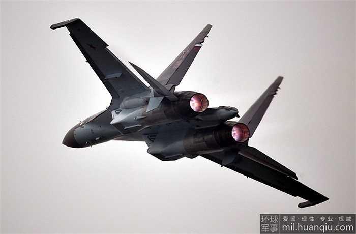 Cơ động hơn tất cả các phiên bản Sukhoi cũ, Su-35 được mệnh danh là 'đĩa bay' với các tính năng nổi bật của mình