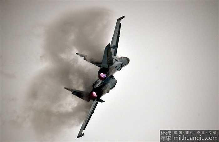 Su-35 có thể thực hiện được toàn bộ các tuyệt kỹ nhào lộn vô cùng quan trọng trong những trận không chiến cự ly gần