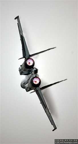 Thậm chí Su-35 còn thực hiện được chiêu Pancake, kỹ năng cua 360 độ trên không mà không mất tốc độ, hiện chưa máy bay nào làm được