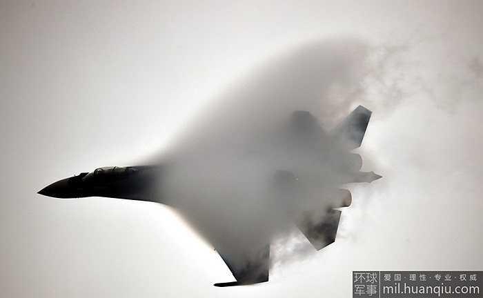 Hình ảnh Su-35 nhào lộn trên không tuyệt đẹp