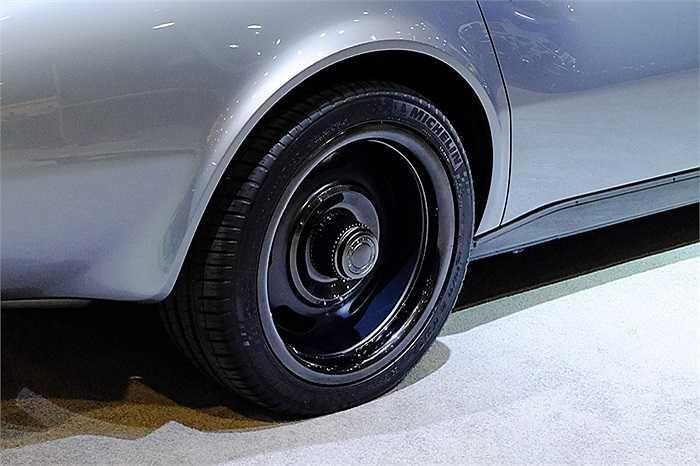 Chiếc xe Corvette 1969 được trang bị động cơ V8 dung tích 6,2 lít. Chiếc xe này trang bị bộ lốp 18 inch mang phong cách hoài cổ, được lấy cảm hứng bởi những chiếc xe đua đường hỗn hợp nguyên bản từ những năm 60.