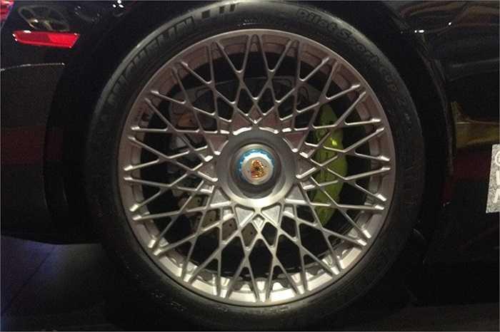 Bánh xe của hãng HRE đã trở nên nổi tiếng nhờ vào việc thiết kế cho mẫu Porsche 918 Spyder 2015 này. Đặc biệt các phiên bản xe thể thao được sử dụng bộ lốp HRE P101 đơn khối.