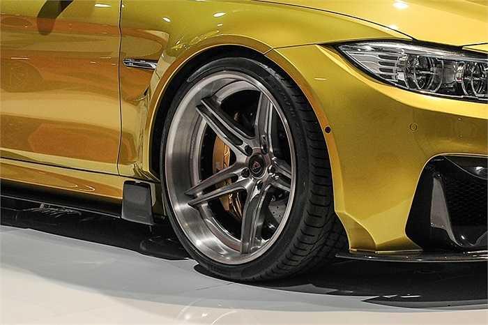 BMW GTRS4 M4 trình diễn tại triển lãm SEMA 2014 với phần thân xe lớn. Nhìn tổng thể, mẫu xe  trông khá 'bóng bẩy' và bắt mắt với phần chắn bùn phía trước lớn và bánh xe 5 chấu kép khung hợp kim 3 mảnh.