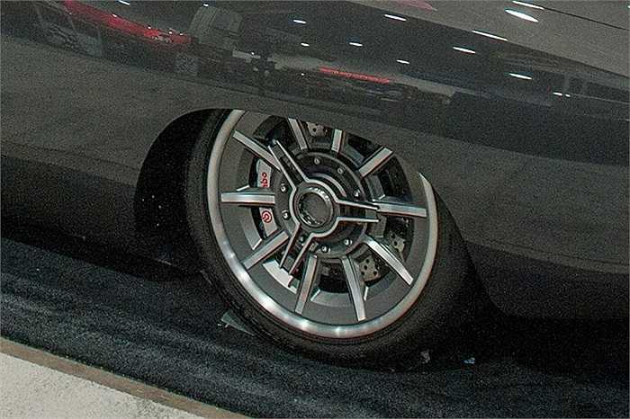 Công ty độ xe Enthusiast Network đã mang đến cuộc triển lãm xe SEMA 2014 mẫu xe Dodge Charger với bộ vành xe khá cầu kỳ, với ngôi sao 3 cánh phía ngoài quay ngược chiều với chuyển động của bánh xe.