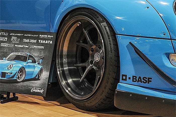 Bộ vành chiếc Porsche 911 thu hút rất nhiều sự chú ý tại SEMA năm nay. Tấm chắn bùn rộng phía trước xe rất bắt mắt, bánh xe tông đen chủ đạo của hãng iForged tạo nên sự tương phản hoàn hảo với tông màu xanh của thân xe.