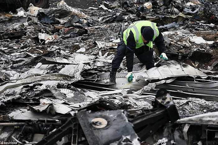 Nhân viên điều tra Hà Lan làm việc tại hiện trường vụ tai nạn