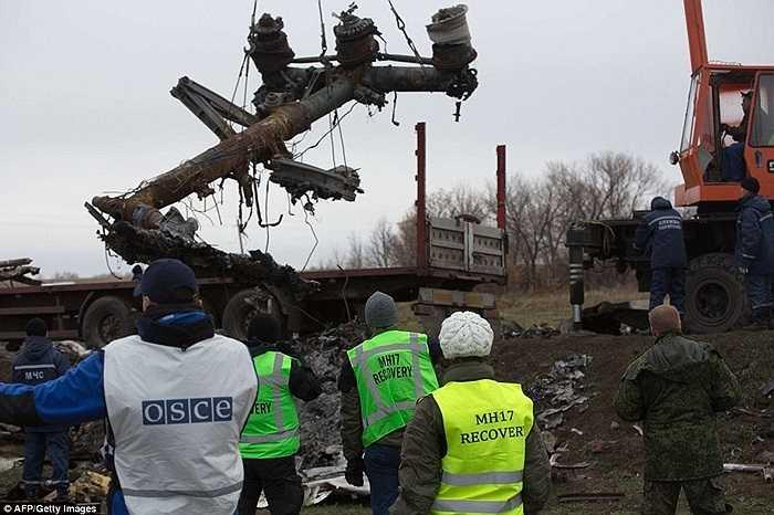 Các bộ phận của MH17 dần được chuyển lên xe tải