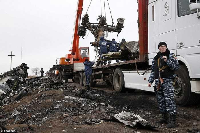 Các bộ phận được đưa lên xe tải