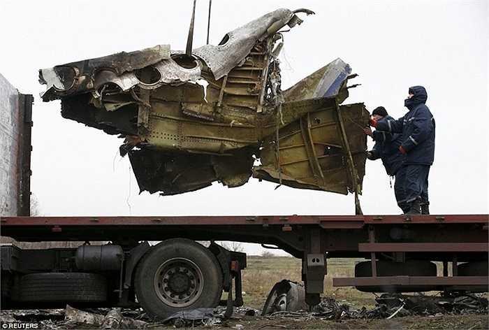 Các công nhân địa phương hỗ trợ điều tra viên đưa các mảnh vỡ lên xe tải