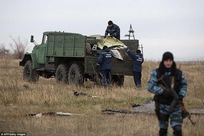 Các nhân viên của lực lượng khẩn cấp thuộc nước Cộng họa Donetsk tự xưng làm việc tại hiện trường