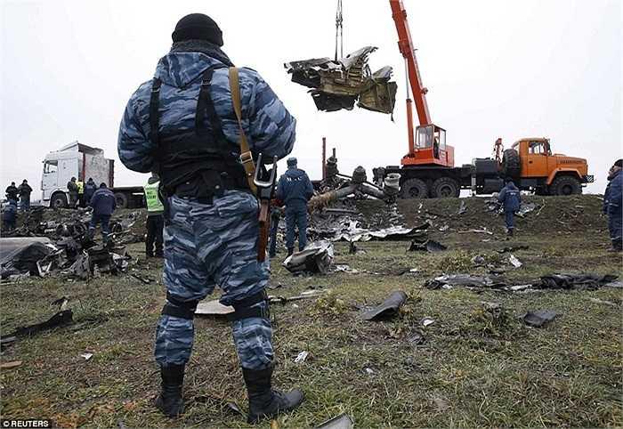 Binh sĩ ly khai thân Nga làm nhiệm vụ an ninh trong quá trình thu gom mảnh vỡ MH17