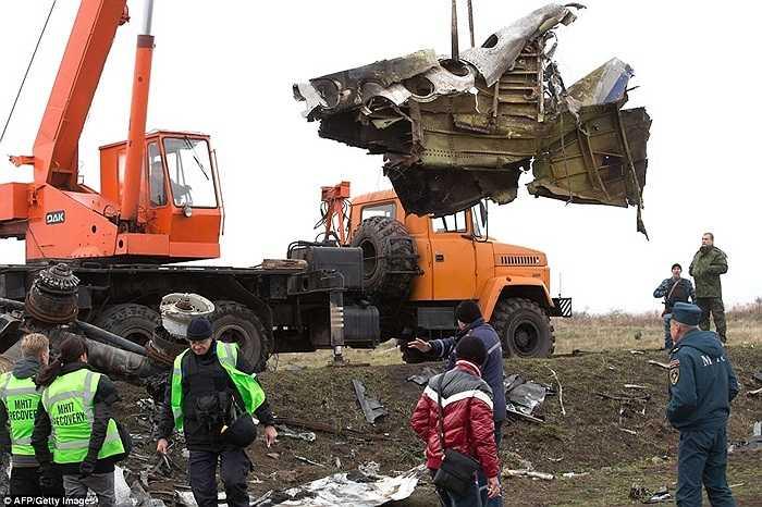 Một mảnh vỡ của chiếc máy bay mang số hiệu MH17 của hãng hàng không Malaysia Airlines