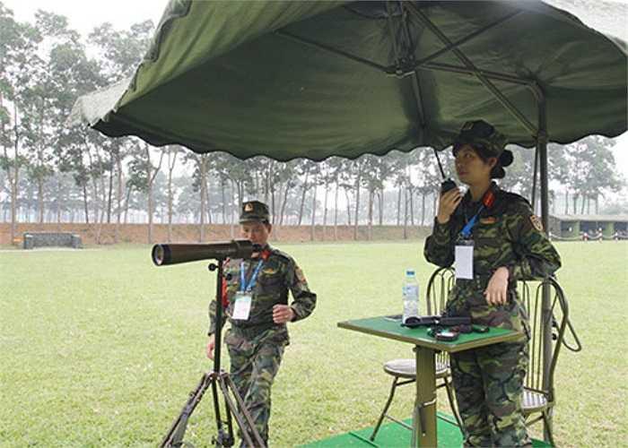 Nữ trọng tài dẫn bắn bộ môn súng ngắn nữ tại AARM-24. (Theo QĐND)