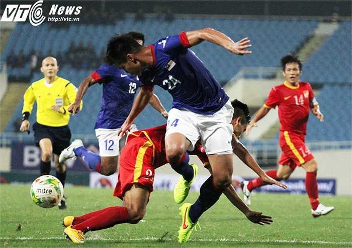 Malaysia tỏ rõ bản lĩnh của một đối thủ mạnh. Trong hiệp 1, họ vô hiệu hóa rất tốt hàng công của tuyển Việt Nam. (Ảnh: Nhạc Dương)