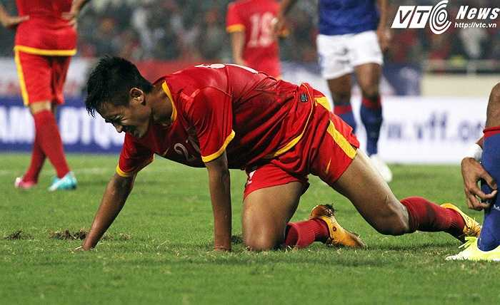 Tuyển Việt Nam bất lực trong 45 phút đầu trận đấu. Họ thua 0-1 và may mắn thoát khỏi 3-4 lần thủng lưới nữa. (Ảnh: Nhạc Dương)